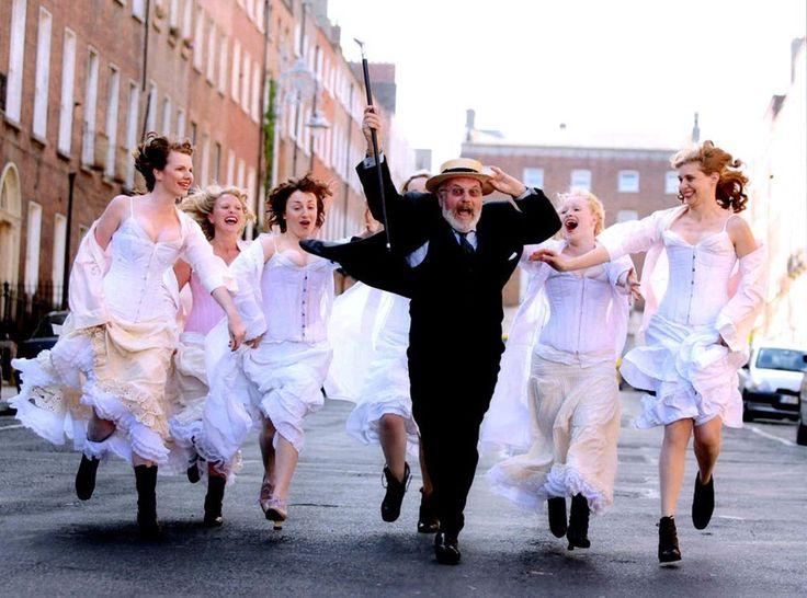 Празднования в честь великого ирландского писателя Джеймса Джойса проводятся в день, который он избрал в качестве времени действия в романе «Улисс». Литературные паломники проходят по местам, которые в романе посещал главный герой — Леопольд Блум. Традиция «Д�