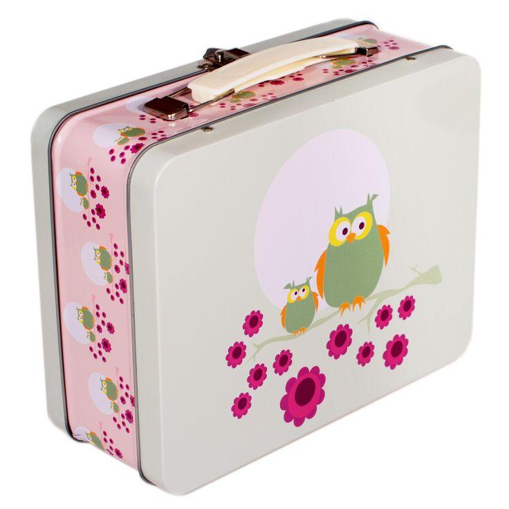Koffertboksene er en av våre absolutte bestselgere - en ordentlig hit spesielt blant barnehagebarn. Vi er så glade for at kundene våre ikke er redde for glade farger og mer naive motiver. Her er det god plass til matpakken. Hvis du ønsker flere små rom i boksen er de små kvadratiske boksene våre perfekt oppi koffertboksene som romdelere, for eksempel for å supplere brødskivene med litt frukt og grønt. Boksene kan også brukes til småleker, fargestifter eller andre puslerier.