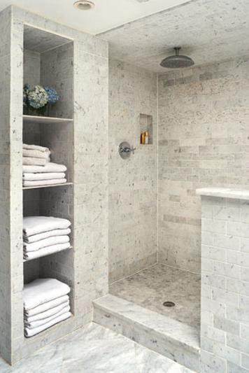 Hoy os traigo una selección de diferentes baños en blanco y gris, quizás sea un color poco visto pero tengo que reconocer que es un neutro y a la hora de darle
