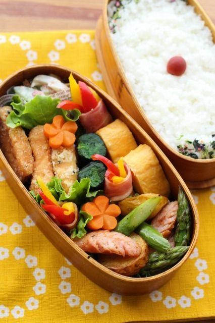 鮭の竜田揚げ弁当 | 鮭の竜田揚げ、 きゅうりとちくわの梅マヨ和え、 2色パプリカのベーコン巻き、 ほうれん草のおひたし海苔巻き、 新じゃが・アスパラ・ソーセージのソテー、卵焼き | Happy Lunch Box by Mion