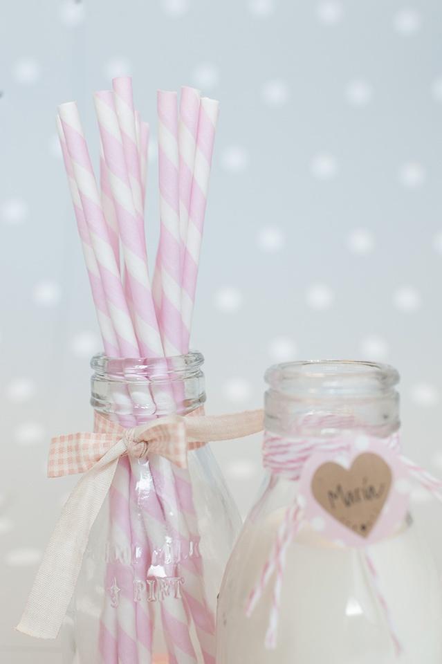 Decoración fiestas. Botellitas de cristal estilo vintage. Pajitas de papel rayas rosas. Cintas de tela imprescindibles. Cuerdas Baker's Twine.