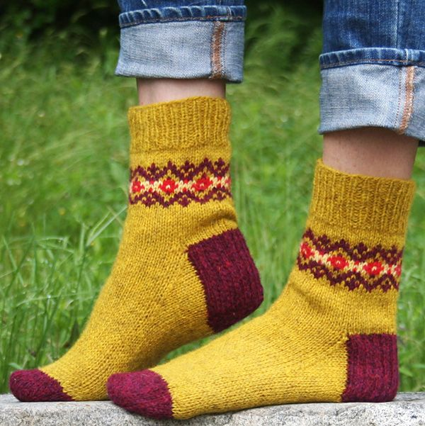 Mary Jane Mucklestone: Solidago socks - Knitty, First Fall 2013.