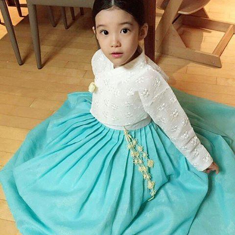 아이유만큼 이쁜 규리양이에요..♡ 이뻐서 말로 표현이 안되네요😢😢😢💕 . . . . #모란나비한복 #모란나비 #한복 #한복스타그램 #hanbok #데일리한복 #생활한복 #전통한복 #레이스저고리 #레이스한복 #키즈모델 #광고모델 #스타일노리터모델 #김규리