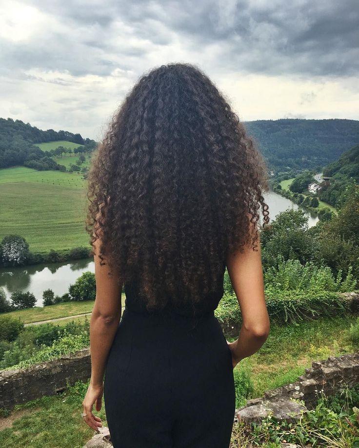 Картинка девушки спиной с кудрявыми волосами