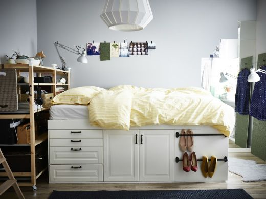 Nærbilde av små skuffer i ei oppbygd seng