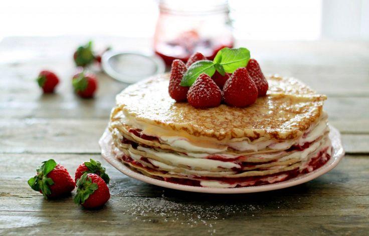 Pandekager med jordbærskum. Opskrift på skøn pandekagelagkage med bær, flødeskum og chokolade.