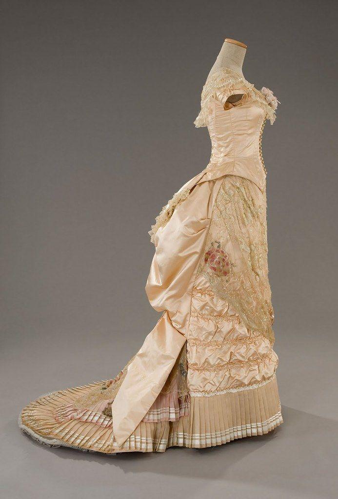 Juste après avoir terminé ma suédoise, suite à mon grand ras le bol XVIIIe siècle, j'ai eu envie de travailler une robe 19eme. Je n'avais pas envie de faire une crinoline, ni une robe à tournure: ras le bol aussi des panier et robes à volume. Je voulais...