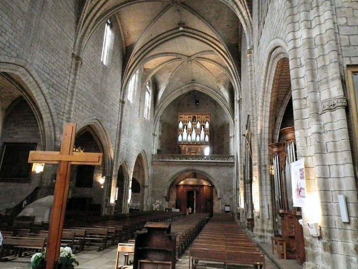 Collégiale notre dame de Villefranche du Rouergue, Retour France  La construction de l'église a débuté en 1260, dans le style gothique méridional. L'édifice comprend une nef unique appuyée sur de puissants contreforts. Les travaux vont s'étaler sur 250 ans.