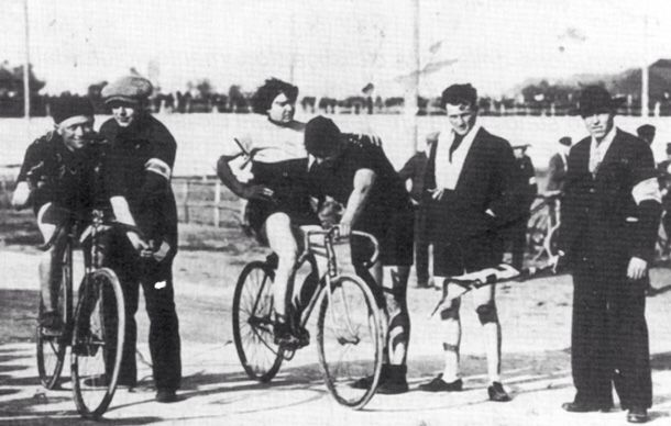 """Alfonsina Morini Strada The Woman Who Rode the 1924 Giro  A 1923 photo of Strada. The rider on the left is Giovanni Gerbi (nicknamed """"The Red Devil""""), the greatest Italian rider never to have won the Giro."""