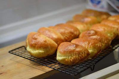 Υλικά για 25 τεμάχια μεσαίου μεγέθους 175 γάλα χλιαρό 25 γρ νωπή μαγιά 200 γρ βιταμ, 80 φρέσκο βούτυρο ( σε θερμοκρασία δωματίου) 20 γρ ηλιέλαιο 12 γρ άχνη 10 γρ αλάτι 2 αυγά 650 αλεύρι