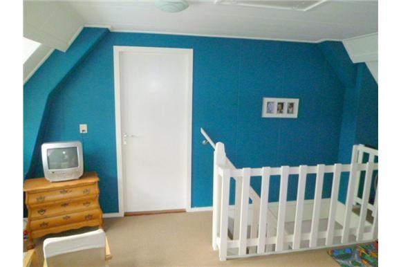 Naast 2 grote slaapkamers boven een even grote ruimte op de overloop met vaste kasten aan de zijkanten. Veel (kast)ruimte voor eventueel werkkamer of 4e slaapkamer. Dakkapel aan voorzijde woning geeft extra veel licht