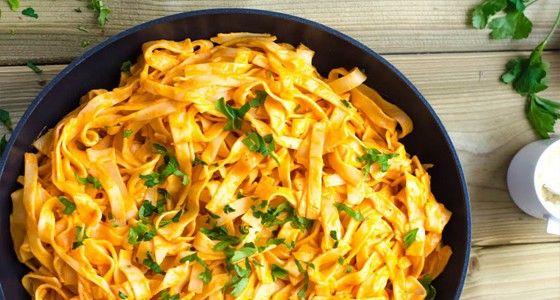 Pečené papriky dodají omáčce neuvěřitelně dobrou chuť. Doporučujeme vyzkoušet. Vařte s Rohlik.cz, suroviny vám přivezeme už do 90 minut až ke dveřím.