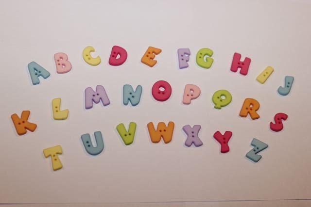Kinderknöpfe - 5 Buchstabenknöpfe von A-Z in 7 Farben - ein Designerstück von Knopflochichnaehs bei DaWanda