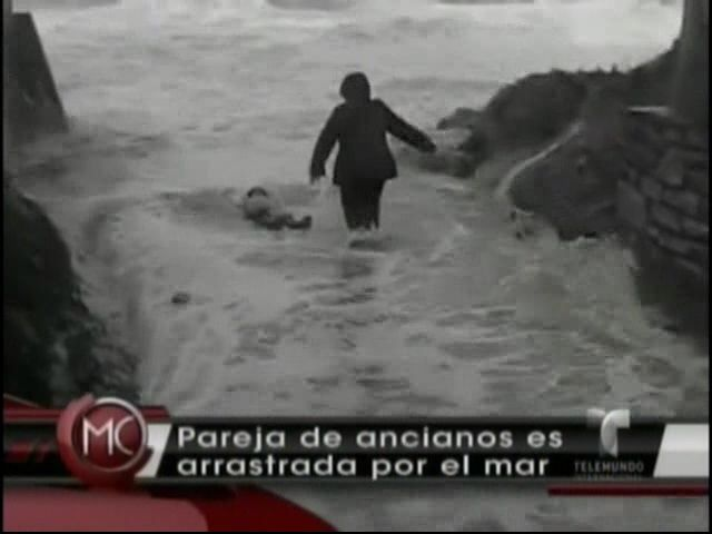 Pareja De Ancianos Es Arrastrada Por El Mar #Video