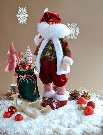Купить или заказать Санта Клаус в интернет-магазине на Ярмарке Мастеров. Очаровательный Санта Клаус в традиционных рождественских цветах станет прекрасным элементом праздничного декора вашего дома! Также может стать символом праздника в уютном кафе или магазинчике! А еще у Санты есть друг - рождественский олень... Нет, не Рудольф конечно, но нос у него не менее выдающийся! :) Уверенно стоит и сидит, ручки двигаются и гнутся (на проволочном каркасе).