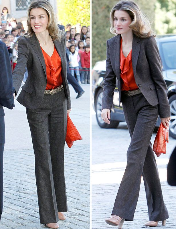Color Block Letizia gana cuando aporta colorido a sus trajes. En esta ocasión combinó su traje gris marengo con pantalones de talle alto con blusa naranja con volantes y clutch a juego XL.