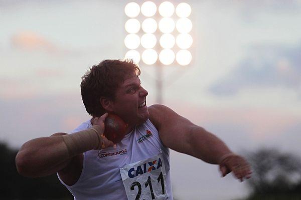 Darlan Romani para vencer o arremesso de peso no Trofeu Brasil de Atletismo 2012, com novo recorde brasileiro de 19,42m