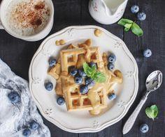 Диетические бельгийские вафли с карамельным соусом
