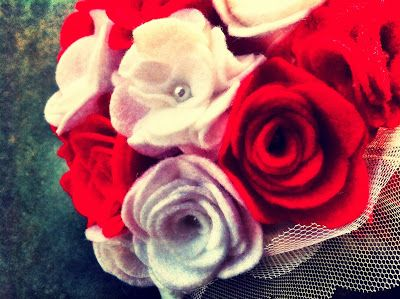 Ramo de fieltro: Rosas rojas y blancas