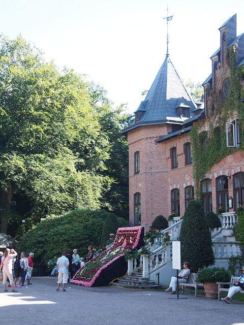 Sofiero Slot nabij Helsingborg. Mooi kasteel met nog mooiere tuinen. Leuk met kinderen, ze mogen verkleden en overal zijn kruip door sluip door paadjes. In de zomer en weekenden wordt er vanalles georganiseerd.