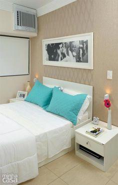 O quarto da designer de interiores Gabriela Alencar tem apenas o essencial: um par de criados-mudos e a cama com gavetões para lençóis, mantas e toalhas. A parede da cabeceira foi revestida de papel de parede em dois padrões com texturas beges.