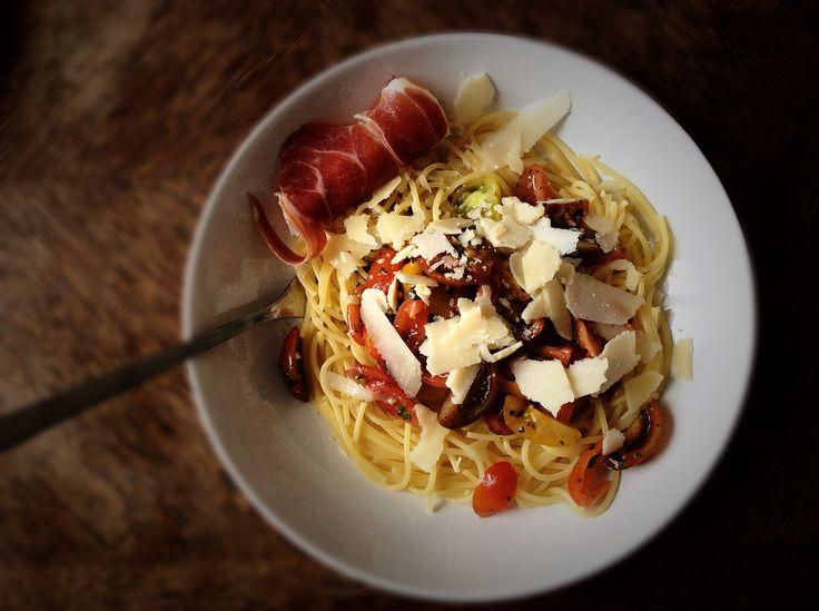 Spaghetti sauce tomate sans cuisson. Ail tomate persil basilic et copeaux de parmesan. Spaghetti, tomato sauce (garlic, parsley, basil and parmesan).   Bring the sun in your plate :)