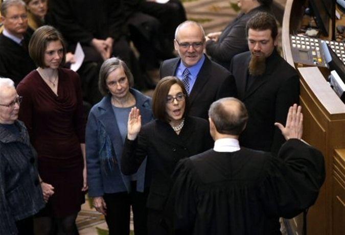 Oregón Inviste A La Primera Gobernadora Bisexual De La Historia De EE.UU.