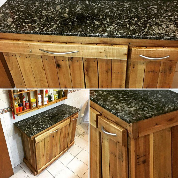 Isla de cocina a base de madera de palet. Con puertas volquete para tachos de basura y alacena.