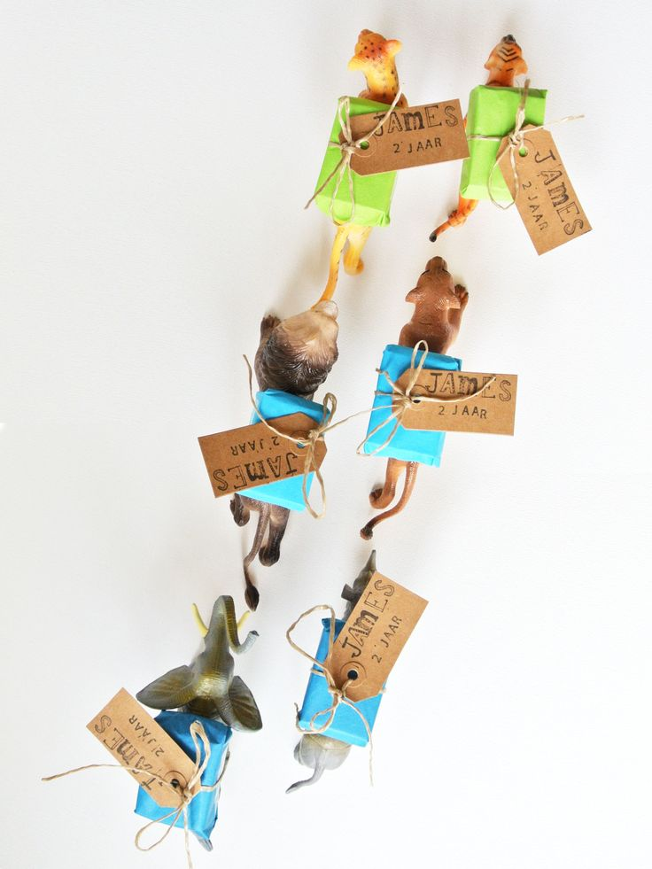Birthday treat | traktatie | James twee jaar | hangtag made with stamps, animals with package of raisins on their back | hangtag met stempels, dieren met pakje rozijnen | www.lauraenjames.com