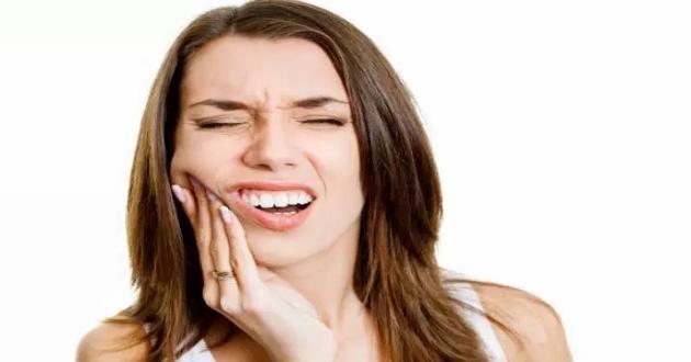 DİŞ HASSASİYETİ NASIL GİDERİLİR? Ağrılar kimi zaman baş edilemeyecek derecede yoğunlaşır ve bu da sağlığımızı ciddi derecede etkiler. Baş ağrıları özellikle de; günlük hayatımızı en derinden etkileyecek olan ağrı sınıfına girmektedir. Hem uyutmaz hem de ayakta duramamamıza neden olur. Bunun çözümlerinden birisi ağrı kesici olurken; kimi zaman ise genel olarak ağrının sebebinin migren olması çeşitli …