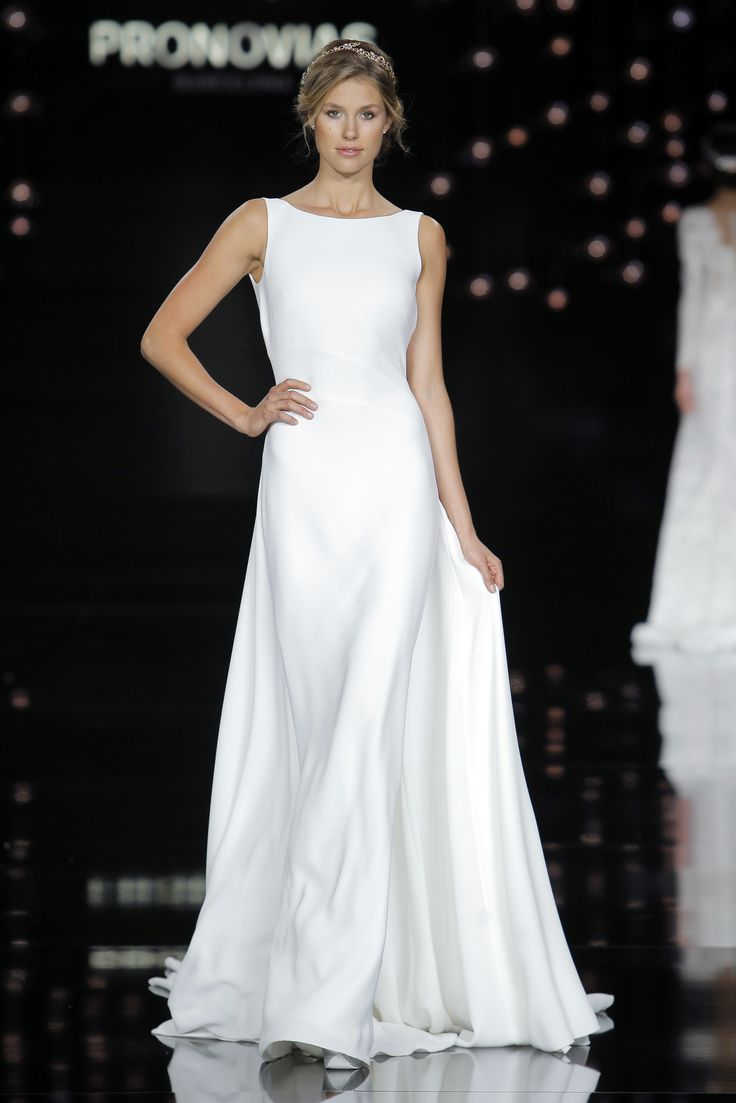 Kate Lindgard in Niza dress made of crepe.