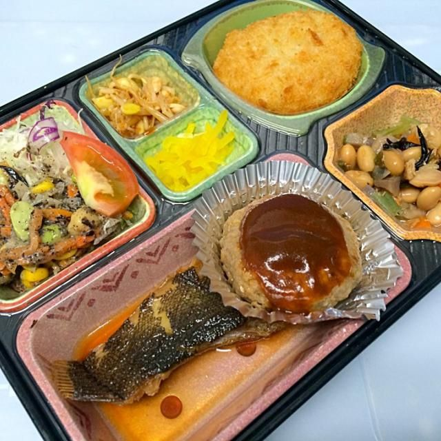 カレイの煮付け ハンバーグデミグラスソース 野菜コロッケ 野菜豆のごった煮 黒ゴボウサラダ、漬物他  ごはんは「あいちのかおり」を使用しています。  豊川市の定期宅配弁当はケイフードサービスにお任せください。 おもてなし弁当「御油宿」「赤坂宿」「姫街道」も販売を開始しました。 #御油 #豊川市 #赤坂 #ロケ弁 #ランチ #音羽商工会  代表の近況報告:宅配車にドライブレコーダーを設置することにしました。ユピテルの物が性能が良く安いです。これからシガライダーの5Vを取り出してメス加工します。あってはならない事故ですが万が一の対応です。事故の目撃をするかもしれませんね。 - 9件のもぐもぐ - カレイの煮付け 日替わり弁当 豊川市の宅配弁当店 by Naokazu Kurita
