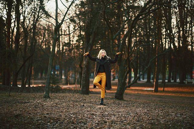 С креативной@marinayelina во время съемки не соскучишься. У неё всегда есть идеидля интересных кадров.  Md, mua, style: @marinayelina Hair: @nasti_sun_do Coat by #urkineeva  #romanskan #portrait #springtime #photoshoot #spb #портрет #фотографспб #фотосанктпетербург #санктпетербург #маринаелина #съемка#fashion #spb #фэшн