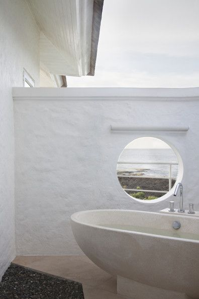 Bathroom - A porthole window with views of the ocean