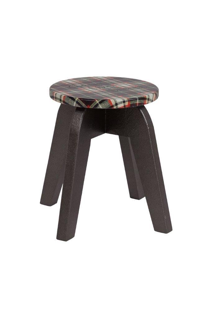 Невероятно популярны в настоящее время табуреты из дерева.  Деревянный (ель) табурет Wisconsin II изготовлен в стиле модерн, ножки - коричневого цвета. Круглое   сиденье покрыто поролоном и тканью в клеточку, удачно сочетается с формой ножек, подойдет для многих стилей интерьера.             Метки: Мягкие табуреты, Табуреты для кухни.              Материал: Ткань, Дерево.              Бренд: DG Home.              Стили: Лофт, Прованс и кантри.              Цвета: Черный.