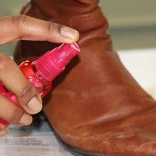 Je kunt watervlekken van je leren schoenen verwijderen door er een mix van koud water en azijn op te spuiten en dan te wrijven.