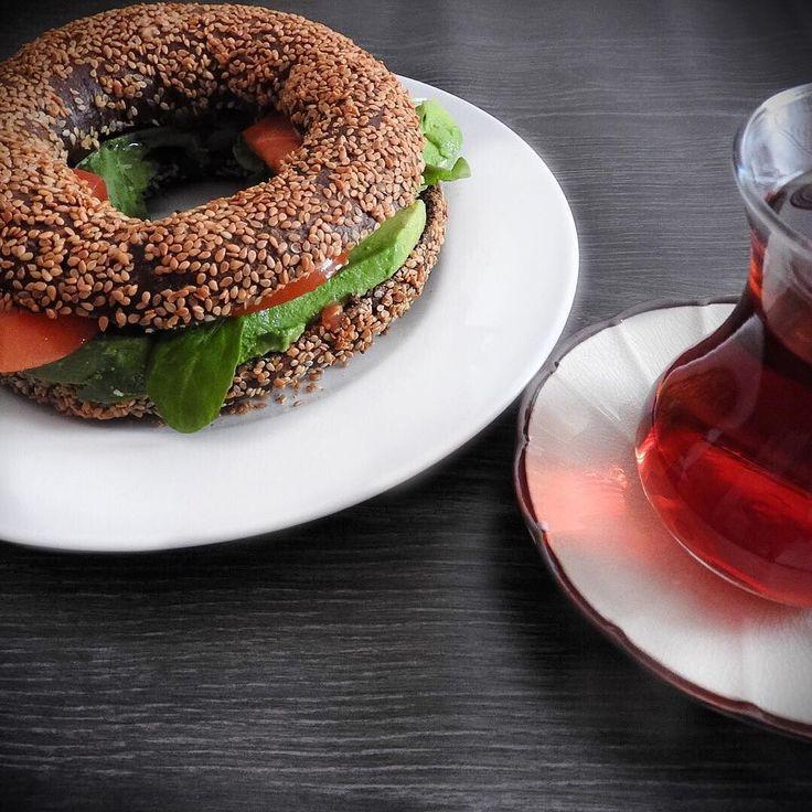 happy weekend!! Today #vegan #turkish #breakfast:  turkish malt and #sesame bagel (#simit) with avocado tomato and rocket. Also turkish tea to wake up on saturday! Feliz finde!! Hoy: #desayuno #vegano #turco: tipica rosca de #malta y sesamo (simit) rellena de aguacate tomate y rucula. También te turco (chai) para despertar en sabado! #nutricion #everydamnday #healthylifestyle #sagliklihayat #sagliklibeslenme #kahvaltı #happysaturday #happybreakfast #desayunosaludable #healthyfood…
