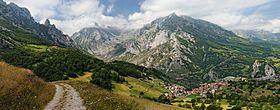 La geografía de Asturias es una parte importante en su historia. Montañas como la Cordillera Cantábrica distinguen y protegen la región. Estas montañas tienen los recursos que facilitaron la revolución industrial en Asturias.