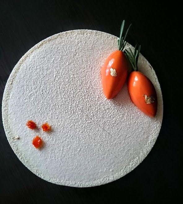 Морковный торт Внутри сочные морковные коржи с грецким орехом, бруснично-малиновое кули, морковные цукаты, сырно-сливочный мусс