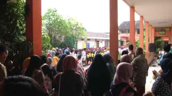 Hari Pertama Sekolah, Orang Tua Ikuti Upacara Bendera