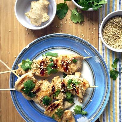 Brochetas de Pollo con Ajonjolí – Trae un toque de sabor asiático a tu fiesta y sorprende a tus invitados con este delicioso aperitivo.