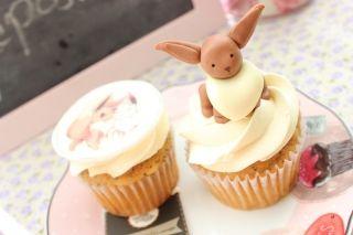 #Cupcakes decorados con el #pokemon #eevee, uno con una figura en 3D y otro con una imagen comestible.#bogota