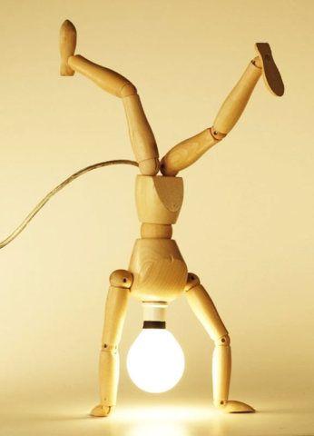 Este boneco com a cabeça de lâmpada pode ficar em várias posições. Luminária da Chico Abrão.