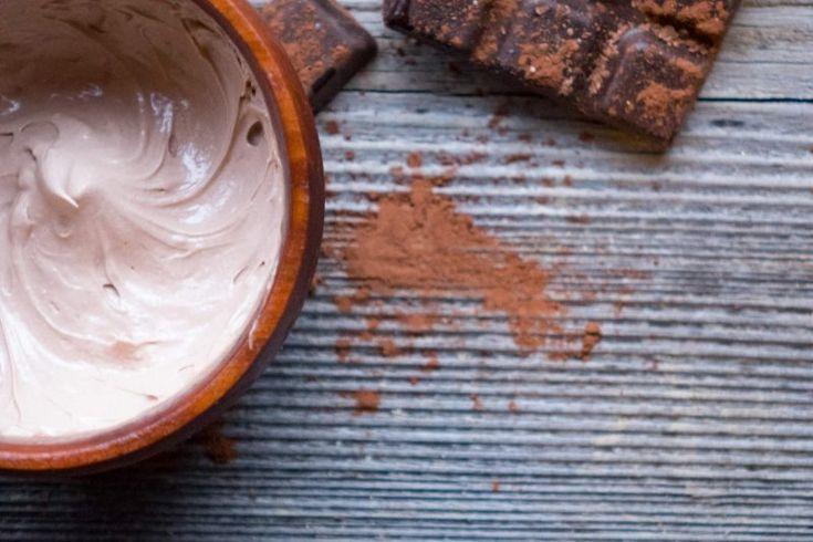 Jak zrobić czekoladowy balsam do ciała?  1/2 szklanka oleju kokosowego 1/4 szklanki wosku pszczelego 1/2 szklanki oleju sezamowego 2 łyżeczki mąki ziemniaczanej 10 ziaren goździków 2 łyżki cynamonu 2 łyżki kakao Zmiel w młynku goździki. Następnie oleje i wosk pszczeli rozpuść w kąpieli wodnej. Wszystko wymieszaj wraz z przyprawami, mąką ziemniaczaną i kakao. Poczekaj aż wszystko stężeje. Następnie przez kilka minut ubijaj masę mikserem na piankę. Trzymaj z dala od źródeł ciepła. Jeśli pianka…