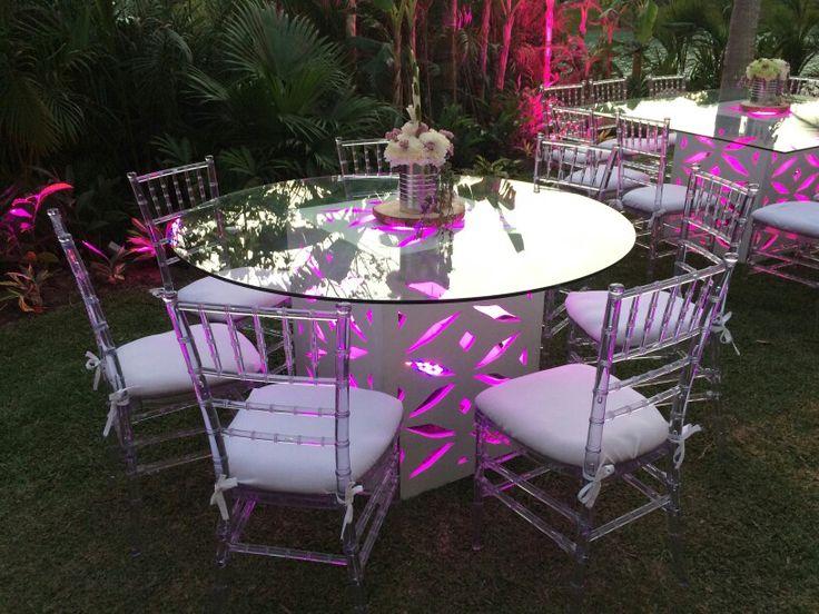 Mesa para eventos iluminada y sobre de vidrio con sillas for Sillas para eventos