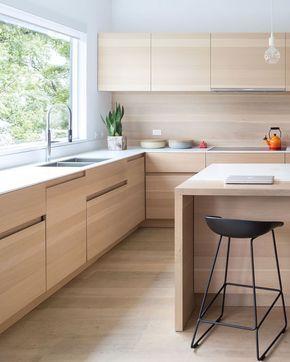 IDEA COCINA --- Estos armarios de madera clara tienen dedo apriete en lugar de hardware, por lo que es más contemporáneo y racionalizado.