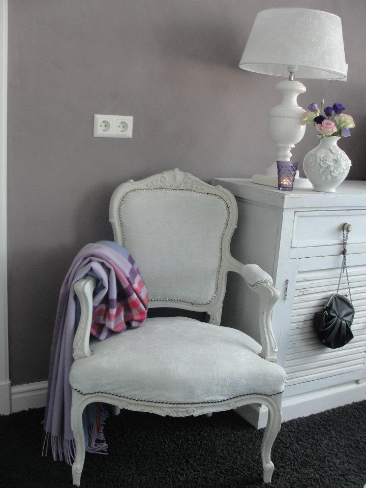 Ingezonden door Moniek Weel.  Op de muur is kalkverf in de kleur Viola van Carte Colori aangebracht. Door deze kleur en soort verf heeft de slaapkamer een prachtige sfeer gekregen. Deze verf is gekocht bij Woonwinkel 't Klooster te Bovenkarspel!