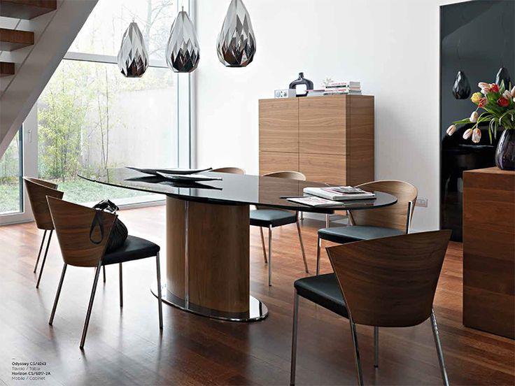 見事なまでの伸張方法が圧巻  ガラス天板の楕円形が美しいこちらのテーブル、実は、用途に応じてこの楕円状を維持しながらサイズを拡張することが出来ます。カリガリスの技術とデザイン力だからこそ生み出せた、非常に美しい機能性を実現しています。          通常時の幅は165cmと、それだけでもゆったりしたスペースがありますが、広げると255mmにもなります。10名は余裕で着席できるサイズですので、ホームパーティーや急な来客にもぴったり。また、オフィスなどワークスペースでの使用にも適しています。 伸張方法は他では見ることが出来ない独特で美しいプロセス。くるりと回しながらサイズを大きくするその技術は、まさに現代アートのようです。伸張式という嬉しい機能を、最も美しい方法で実現させた奇跡のモダンテーブルと言えるでしょう。