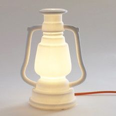 stormlamp van wit porselein - via urbans and indians niks olie bijvullen, gewoon stekker in er en hij is aan!