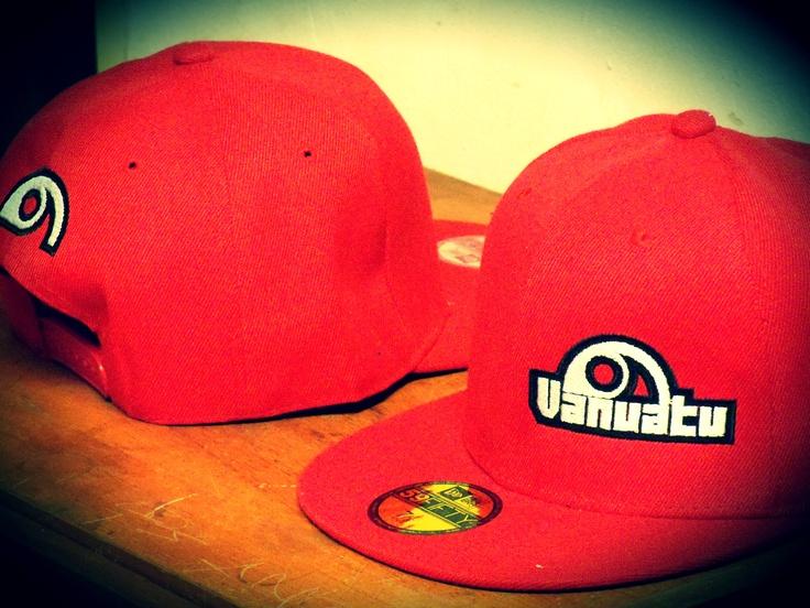 Gorra de visera plana, snapback, color rojo.